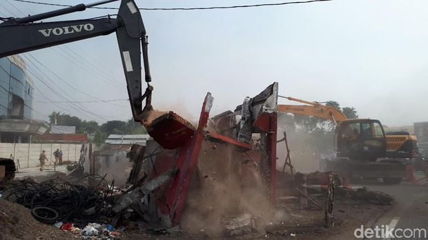 Satu bangunan di Jalan Ahmad Yani akhirnya dibongkar/