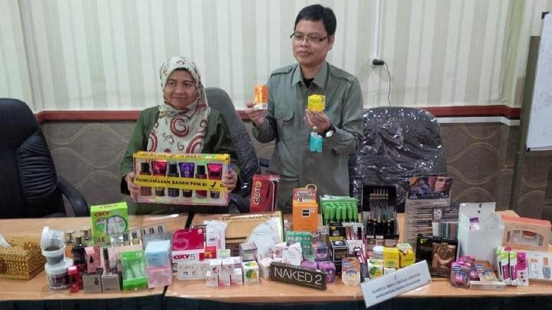 Ribuan Kosmetik Ilegal Diamankan di - Pekanbaru Balai Besar Pengawas Obat dan Makanan Pekanbaru menyita kosmetik ilegal yang beredar di sejumlah sarana Nilai kosmetik