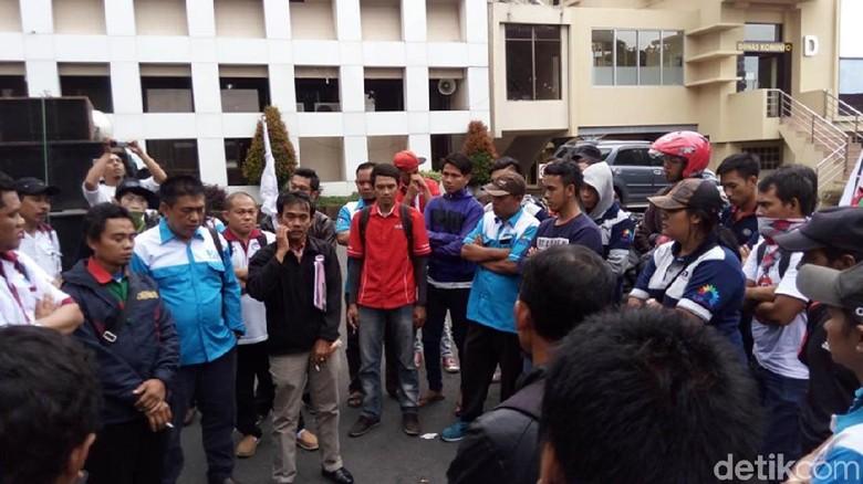 Didatangi Massa Buruh, Bupati Semarang Naikkan Usulan UMK