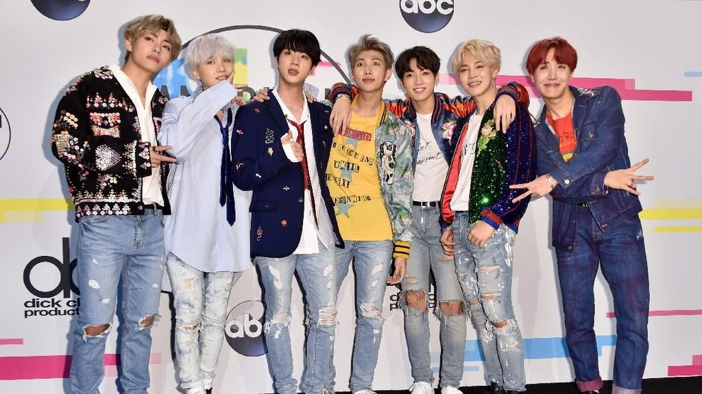 So Cute! BTS Jadi Rainbow di Foto Muster Keempat