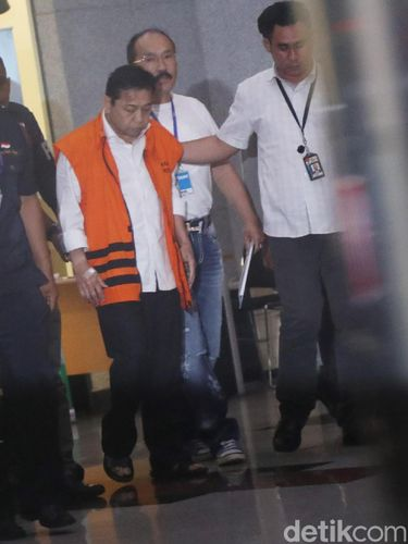 Setya Novanto begitu keluar dari RSCM dan memakai rompi tahanan.