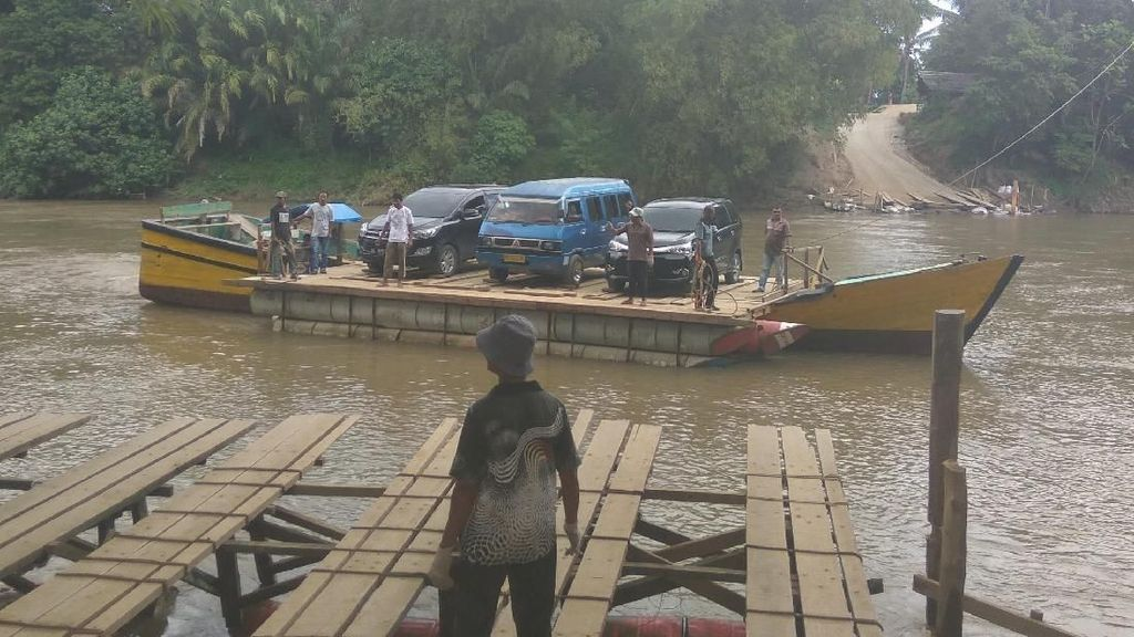 Jalan Nasional Terputus, Warga Aceh Dulang Rezeki Sewakan Rakit