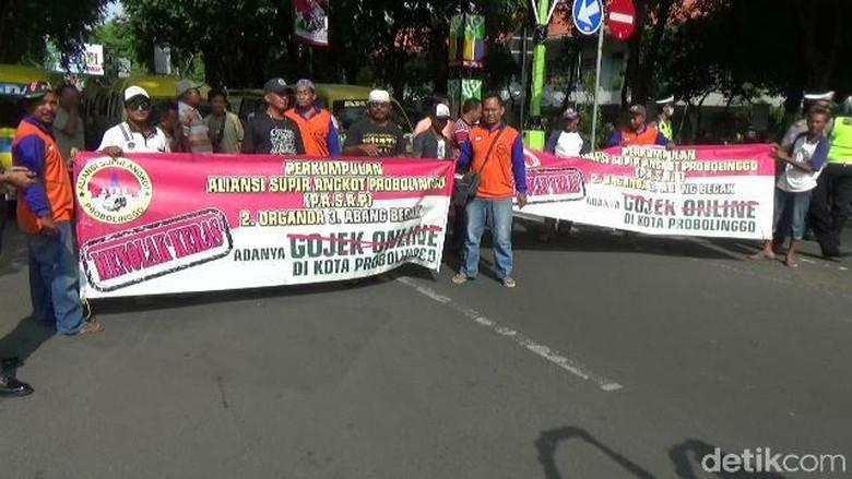 Sopir Angkot di Kota Probolinggo - Probolinggo Ratusan sopir angkot se Kota Probolinggo berunjuk rasa menolak keberadaan Salah satu keberatan masuknya ojek karena dianggap