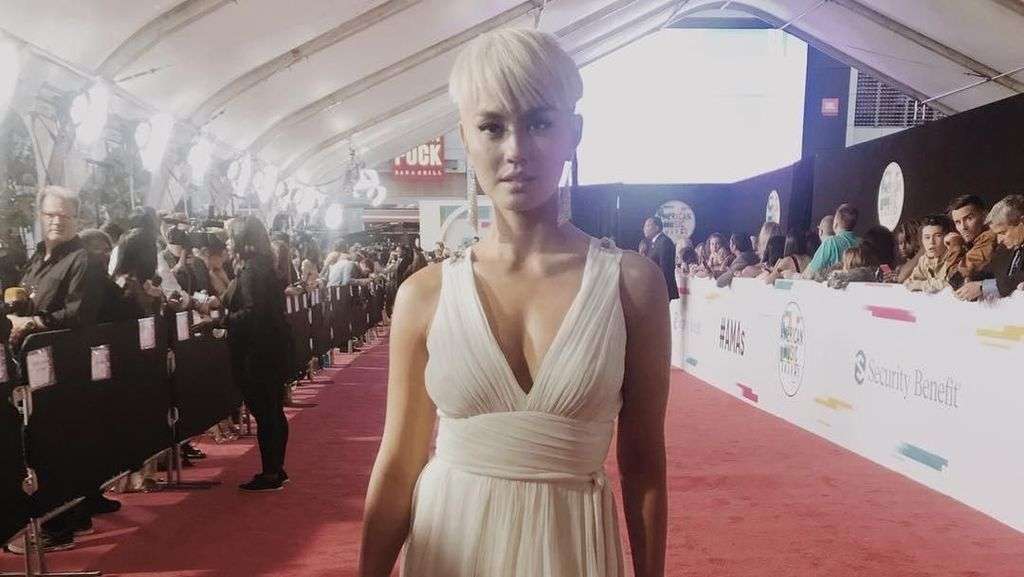 Beda Gaya Agnez Mo di American Music Awards 2010 Vs 2017