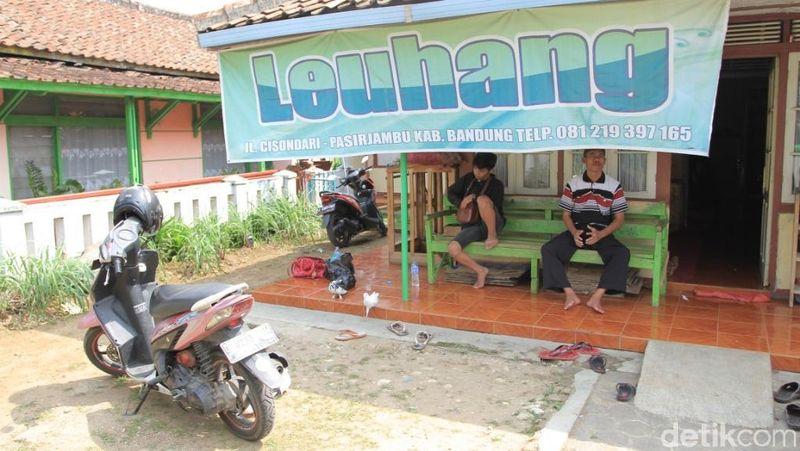 Berlokasi di kawasan Wisata Ciwidey, traveler bisa berkunjung ke Rumah Terapi Leuhang milik Yayan Nuryana (57) yang berada di Desa Cisondari, Kecamatan Pasirjambu, Kabupaten Bandung (Wisma/detikTravel)