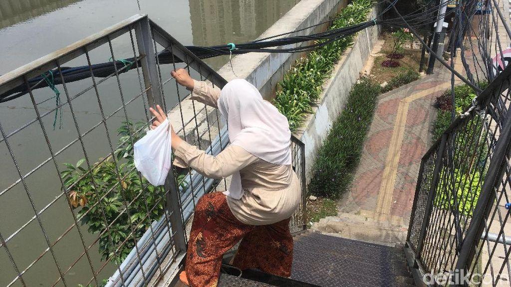 JPO Bolong di Kampung Bandan, Warga Harus Merayap Saat Melintas
