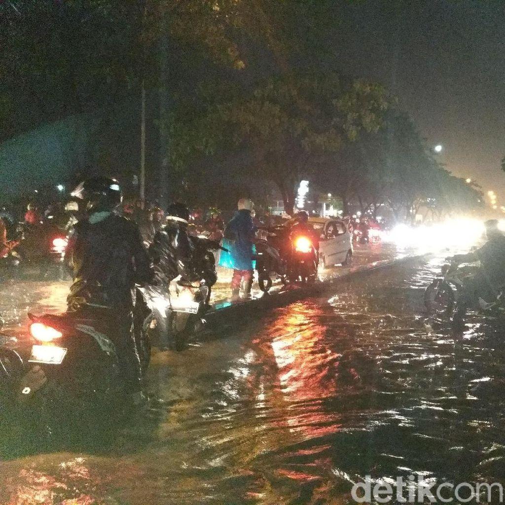 Akses Gedebage Bandung Lumpuh Terendam Banjir