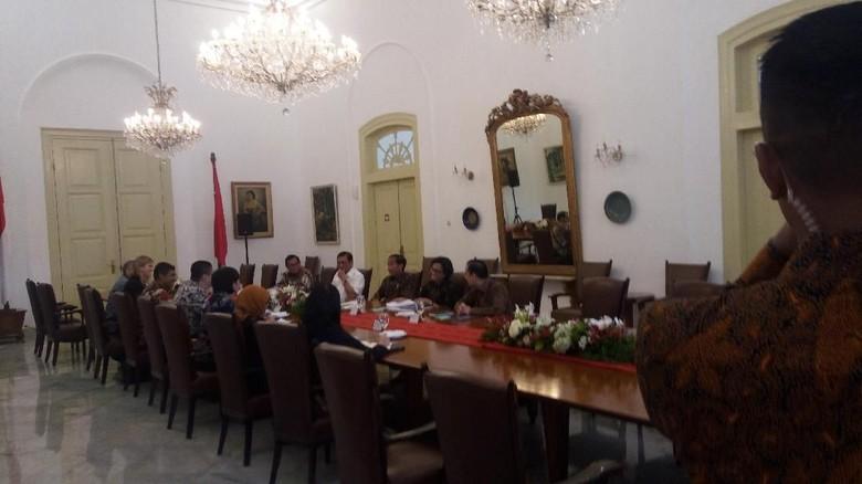 Jokowi Ditemui Perwakilan Bank Dunia - Bogor Presiden Jokowi ditemui oleh Kepala Perwakilan Bank Dunia untuk Indonesia Rodrigo Jokowi didampingi oleh sejumlah menteri dalam