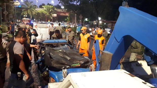 Proses evakuasi pohon tumbang di Jl Perwira