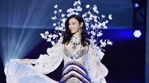 Victorias Secret Tayangkan Model Jatuh di Televisi, Netizen Marah