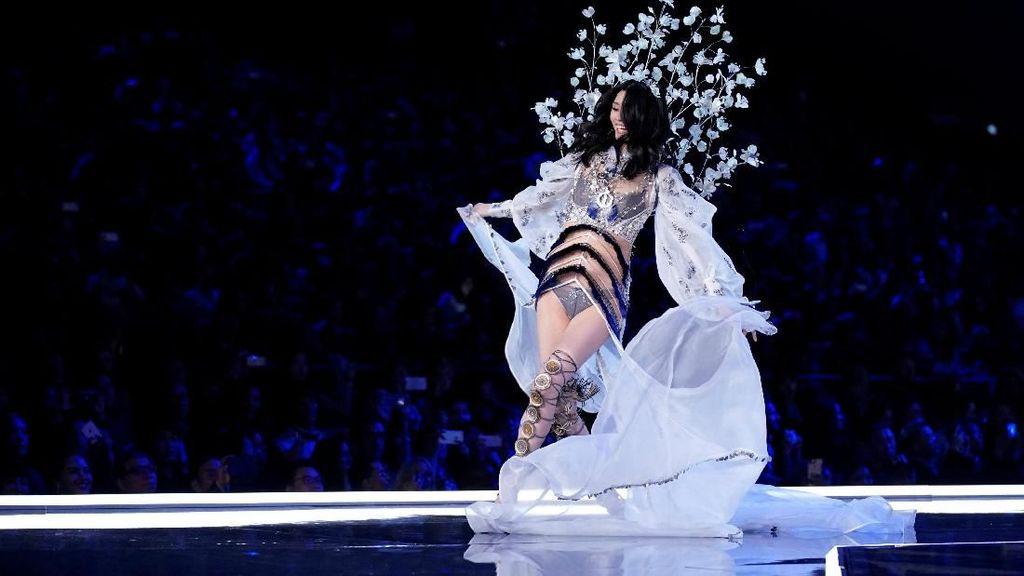 Fallen Angel, Model asal China Terjatuh Saat Fashion Show Victorias Secret