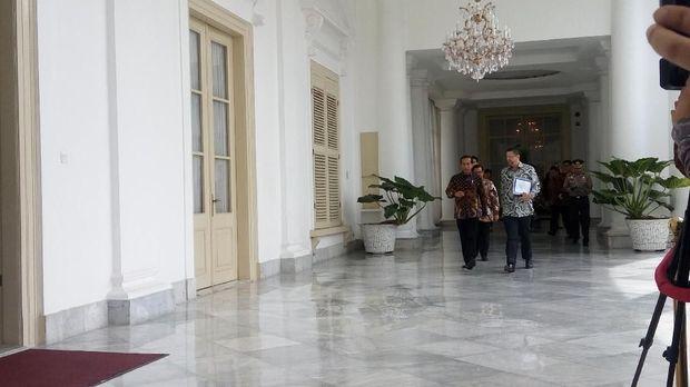 okowi dan Rodrigo tampak berbincang santai sembari memasuki ruangan.
