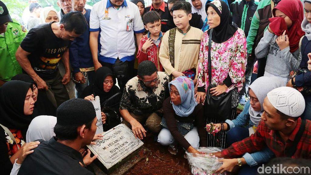 Laila Sari Dikuburkan Satu Liang Lahad dengan Suami