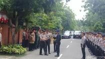 Rawat Anak Asuh, Kapolda Jatim Beri Penghargaan Brigadir Rochmat