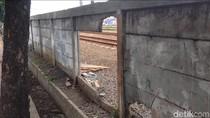 Tembok Pembatas Rel di Jatinegara Banyak yang Bolong
