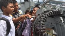 Serunya Siswa SD Main di Kapal Perang yang Berlabuh di Ambon