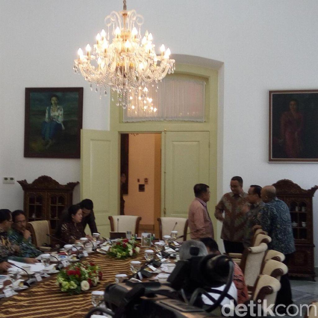 Momen Akrab Anies dan JK Sebelum Rapat Kabinet di Istana Bogor