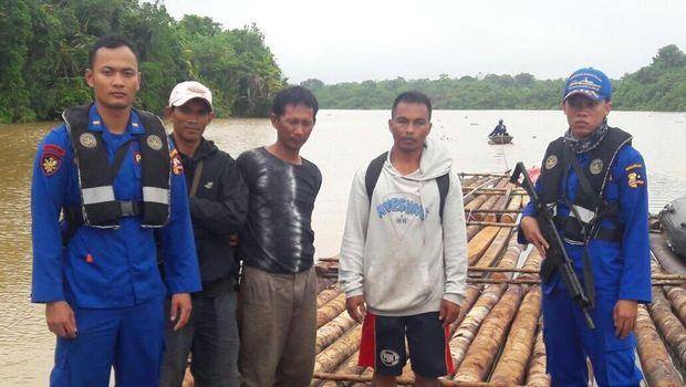 polisi mengamankan sekitar 600-an batang kayu hasil penebangan ilegal.