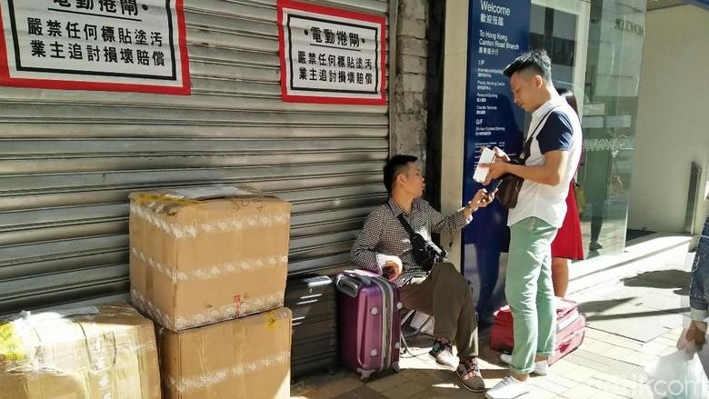 Penjual iPhone X kaki lima dan pembelinya di Hong Kong (Bonauli/detikTravel)