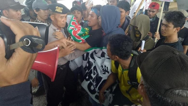 Tuntut Setop Komersialisasi Kampus, Aksi Mahasiswa Makassar Ricuh