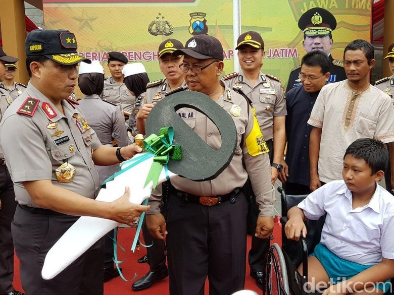 Polisi Bojonegoro Pengantar Anak Difabel - Bojonegoro Kapolda Jawa Timur Irjen Pol Machfud Arifin mengapresiasi anggota Polres Bojonegoro Aiptu Zainal yang antar jemput sekolah