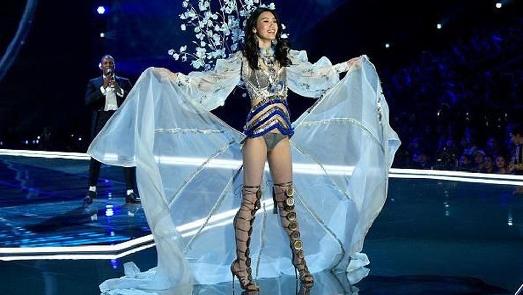 Model China Ungkap Kesedihannya Terjatuh di Fashion Show Victorias Secret