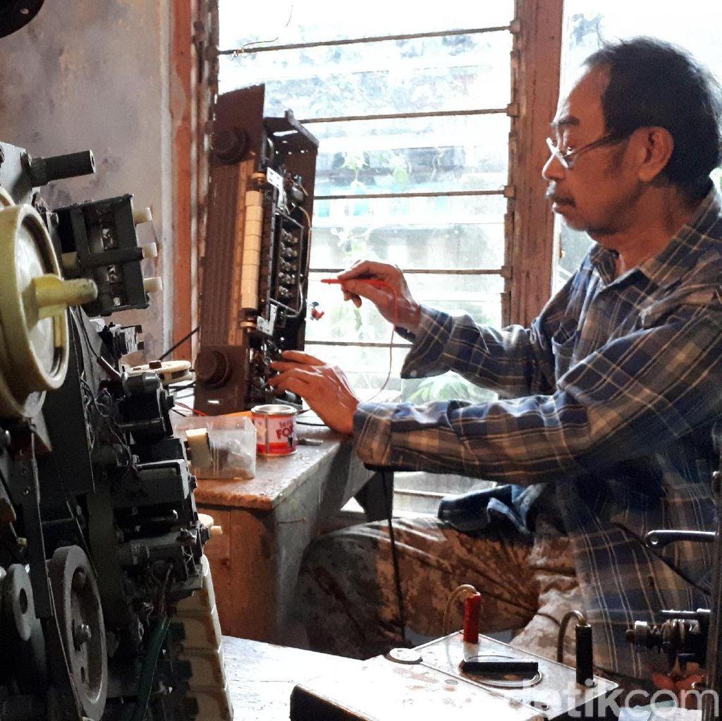 Mengenal Oo, Kakek di Bandung Berjuluk Dokter Radio Antik
