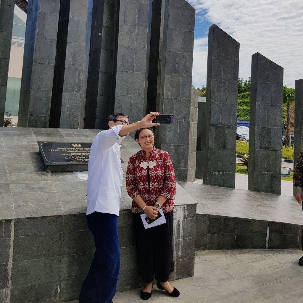 Momen Menlu dan Menkum Selfie Bareng di Pos Perbatasan Entikong