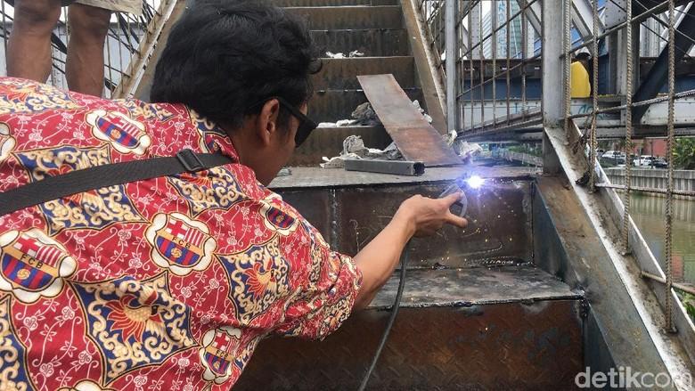 Ditambal Pelat Baja, JPO Kampung Bandan Tak Lagi Bolong