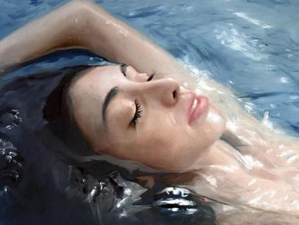 Tebak-tebakan, Wanita di Bawah Air Ini Foto Atau Lukisan?