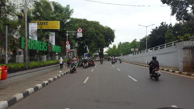 Kendaraan umum, mobil pribadi dan motor yang melanggar aturan lalu lintas ditilang petugas.