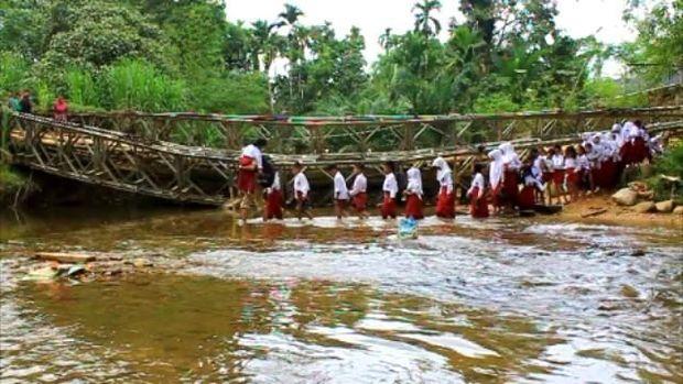 Jembatan Rusak, Siswa SD Lintasi Sungai dengan Jalan Kaki