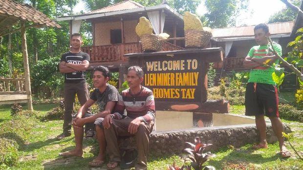 Sariyono dan keluarganya di depan homestay miliknya
