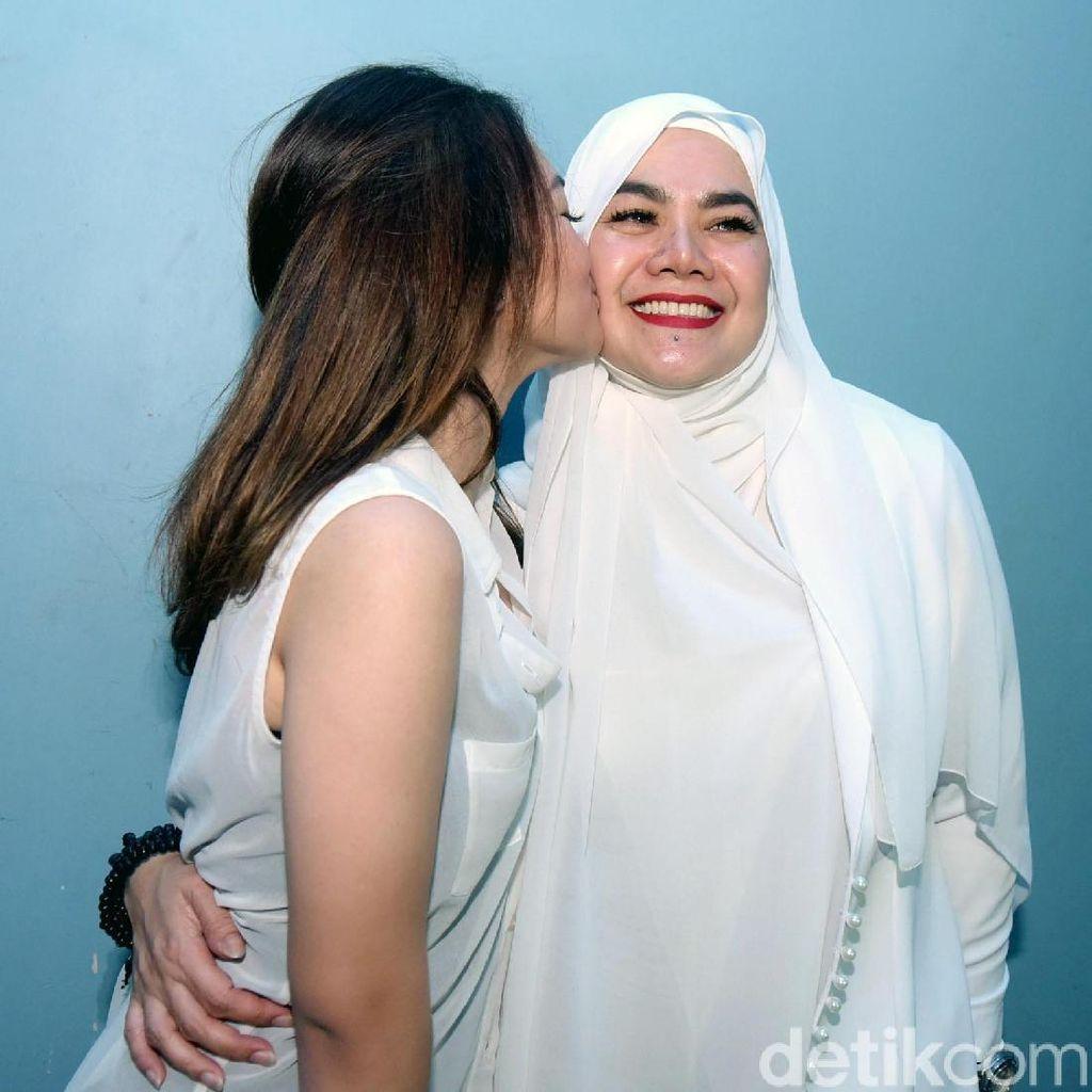 <i>Strong Girls</i>! Sarita Abdul Mukti dan Shafa Akan Terus Tersenyum