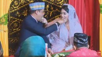 Momen Mesra Kahiyang-Bobby Suap-suapan Usai Adat Pemberian Marga