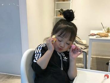 Ada-ada aja tingkah Yuli. Mau makan berpose dulu. (Foto: Instagram @1004yul_i)