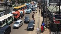 Tiang yang Ditabrak TransJ di Matraman Dievakuasi, Lalin Macet