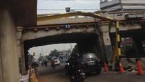 TransJ yang Nyangkut di Terowongan Jatinegara Dievakuasi