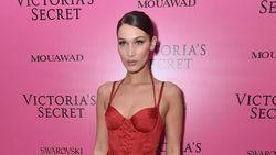 Ups, Bra Bella Hadid Sempat Melorot di Fashion Show Victorias Secret