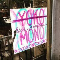 Yoko Mono, sebuah bar yang digugat oleh Yoko Ono.