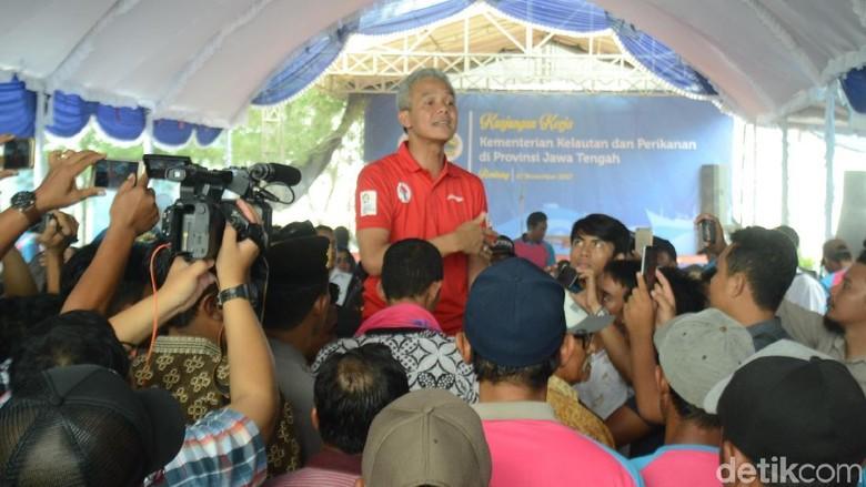 Diprotes Nelayan Cantrang di Ini - Rembang Kedatangan Dirjen Perikanan Tangkap KKP dan Gubernur Jawa Ganjar disambut oleh nelayan cantrang di Mereka mengeluhkan kebijakan