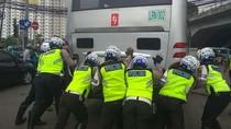 Aksi Polisi Ramai-ramai Dorong TransJ Mogok di Cawang