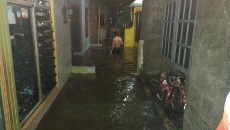 Tanggul Kali Pulo Jebol, Puluhan Rumah di Jatipadang Terendam Air