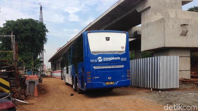Begini Proses Evakuasi Bus TransJ yang Nyangkut di Jatinegara