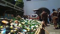 Alat Berat Gilas 47 Ribu Botol Miras di Kantor Kejari Bandung