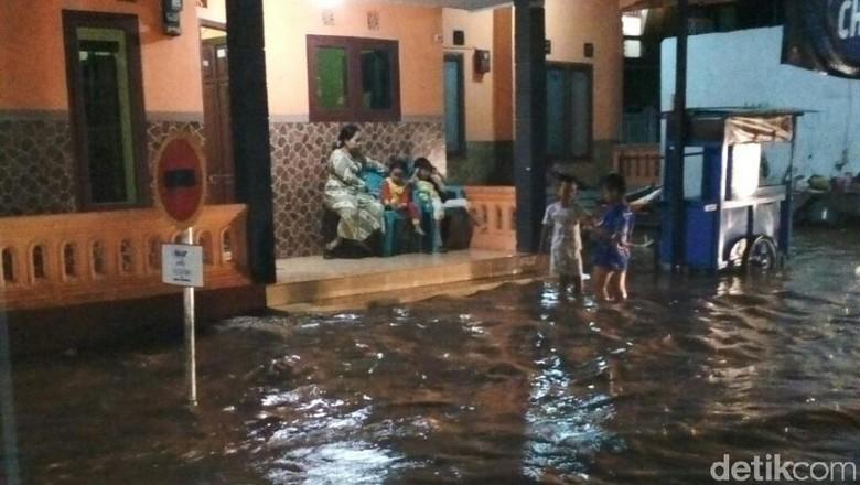 Banjir Landa Desa dan Kelurahan - Pasuruan Banjir terjadi di desa dan kelurahan di Jawa Banjir disebabkan oleh meluapnya Sungai Kedunglarangan dan Sungai di