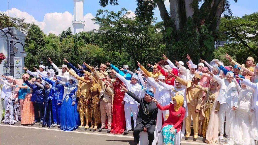 Kebahagiaan Arofi dan Yuni Nikah Massal Disaksikan Ridwan Kamil