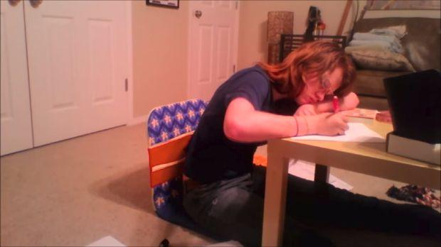 Di video lainnya terlihat Sarah tertidur saat sedang menulis.