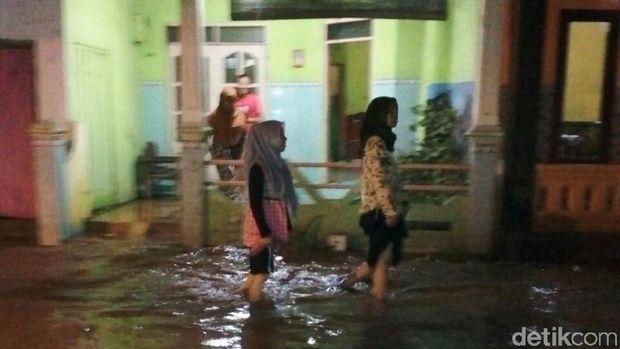 Banjir karena Sungai Kedunglarangan dan Sungai Welang meluap