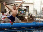 Melihat Asyiknya Anak-anak Bermain Air di Kalimalang